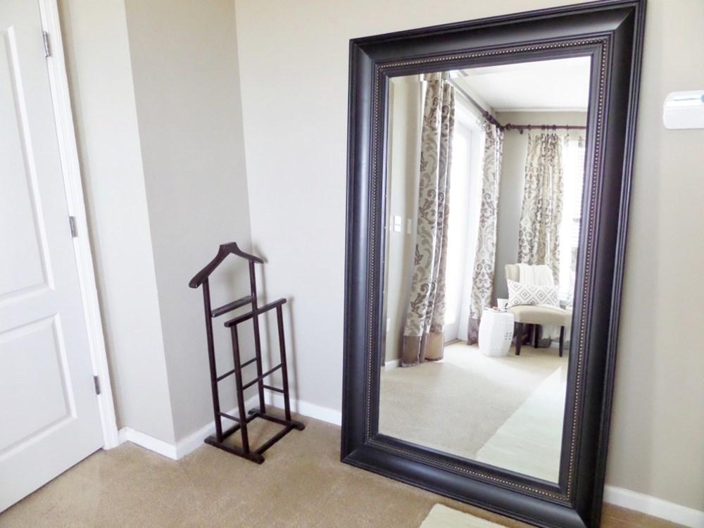 Bài trí gương trước cửa thì khí tốt sẽ bị phản xạ ra ngoài