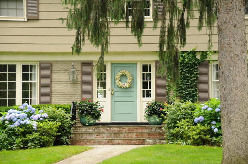 Bài trí cây xanh ở khu vực cửa chính sẽ mang lại cảm giác vui mắt