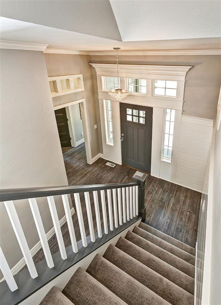 Không đặt cầu thang cùng hướng với cửa chính đề phòng rủi ro đeo bám (Ảnh minh họa)