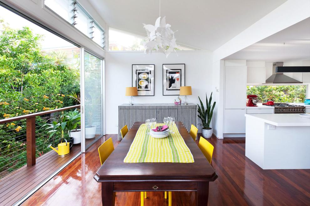 Nếu ban công cạnh bếp thì nên sạch sẽ gọn gàng, chỉ nên để một tủ nhỏ đựng rau quả.