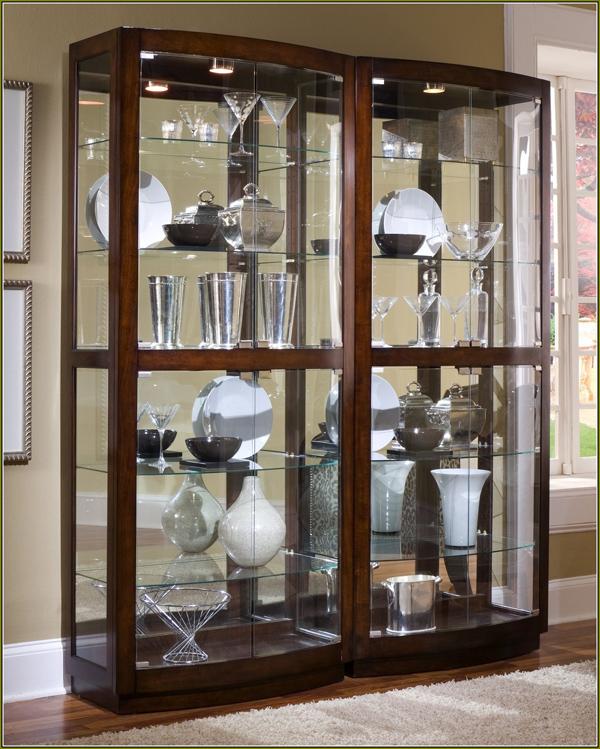 Tủ đựng ly phải đảm bảo thường xuyên lau chùi, dọn dẹp (Ảnh minh họa)