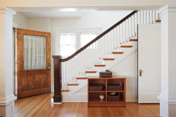 Cầu thang không nên đối diện với cửa chính để tránh họa lậu tài (Ảnh minh họa)