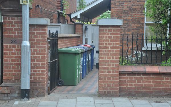 Không nên đặt thùng rác ngoài cửa ra vào, bởi đây là nơi ngự trị của Môn Thần (Ảnh minh họa)
